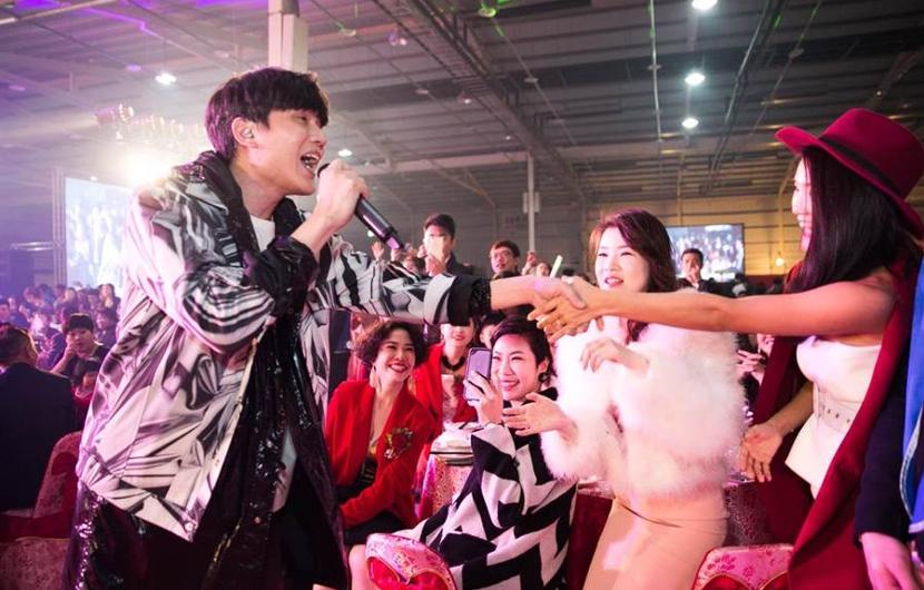 麗富康尾牙邀請日本女粉絲來參加,幫粉絲謀福利